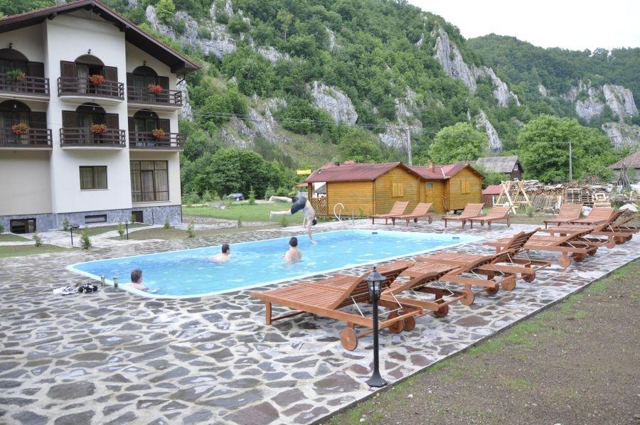 Cazare gocazare pensiunea carpathia remeti bihor for Cazare bran cu piscina